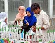 اسلام آباد: خواتین ریڑھی بان سے قلفیاں خرید کر کھا رہی ہیں۔
