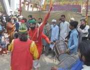 لاہور: حضرت مادھو لعل حسین(رح) کے سالانہ عرس کے موقع پر ملنگ دھمال ڈال ..