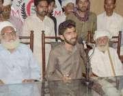 لاہور: برکی ہڈیارہ کا رہائشی اکبر خان پریس کانفرنس کر رہا ہے۔