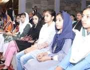 لاہور: میٹرک کے امتحان میں پوزیشن حاصل کرنے والی طالبات حکومت کی جانب ..