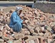ملتان: مزدور گرمی اور دھوپ کی شدت میں بیٹھا روڑی کوٹ رہا ہے۔