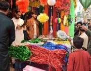 لاہور:عید میلادالنبی کی مناسبت سے شہری سجاوٹ کیلئے اردو بازار سے سامان ..
