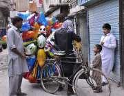 راولپنڈی: محنت کش گلی گلی گھوم پر بچوں کے کھلونے فروخت کررہا ہے۔