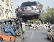 لاہور: ٹریفک وارڈن نو پارکنگ اریا میں کھڑی گاڑی کو لفٹر کے ذریعے اٹھا ..