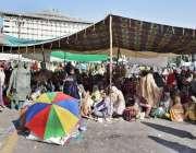 لاہور: لیڈی ہیلتھ ورکرز نے اپنے مطالبات کے حق میں مال روڈ پر دھرنا دے ..
