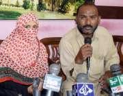 حیدر آباد: لطیف آباد کی رہائشی فوزیہ اور اس کا شوہر جمیل احمد پریس کانفرنس ..