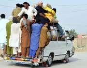 لاڑکانہ: شہری مسافر وین کے پیچھے لٹک کر خطرناک انداز سے سفر کر رہے ہیں ..