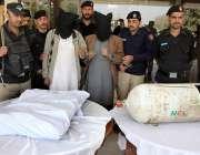 پشاور: آئس سمگلنگ میں ملوث بین الاقوامی گووہ کے دو ملزمان اور انکے قبضے ..