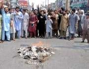 راولپنڈی: راجہ بازار کے تاجر ٹی ایم اے کے خلاف احتجاج کر رہے ہیں۔
