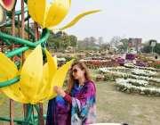 لاہور: جیلانی پارک میں پھلوں کی نمائش دیکھنے کے لیے آئی ایک خاتون مصنوعی ..