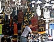 راولپنڈی: محرم الحرام کی آمد کے حوالے سے ایک دکاندارعلم تعزیے سجارہا ..