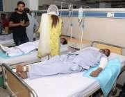 لاہور: داتا دربار کے باہر خودکش دھماکے میں زخمی ہونیوالے افراد میو ..