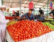 اسلام آباد: وفاقی دارالحکومت میں ہفتہ وار بازار میں دکاندار وں نے تازہ ..