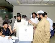 لاہور: لاہور ڈویلپمنٹ اتھارٹی کے انتخابات2019کے موقع پر ایک ورکر ووٹ ..