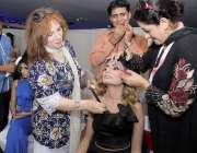 لاہور: مقامی ہوٹل میں مونی خان کی جانب سے منعقدہ فیشن شو میں شریک ایک ..