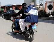 راولپنڈی: ہیلمٹ پہنے بغیر موٹر سائیکل سوار مری روڈ سے گزر رہا ہے۔