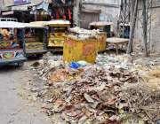 لاہور: حق نواز روڈ پر کوڑے کا ڈھیر لگا ہے جو انتظامیہ کی نا اہلی کا منہ ..
