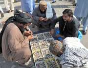 اسلام آباد: جے یو آئی (ف) کے آزادی کے شرکاء نے شاہراہ کشمیر کے کنارے فروشوں ..