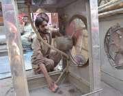 لاہور: کاریگر ایئر کولر تیار کررہاہے۔