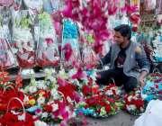 راولپنڈی: مقامی مارکیٹ میں دکاندار پھولوں کے دستے سجا رہا ہے
