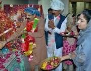 پشاور: کلی باری مندر میں سرپنچ (ہندو برادری کے چیف سربراہ) ہیرون سرب ..