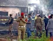 راولپنڈی: پاک آرمی اہلکار تربیتی طیارہ گرنے کی جگہ سے شواہد اکٹھے کر ..