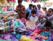 کراچی: ہندوں خواتین ہولی فیسٹیول کے حوالے سے خریداری کر رہی ہیں۔