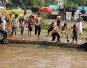لاہور: موسم گرما کی آمد کے ساتھ ہی بچے نہر میں نہا رہے ہیں۔