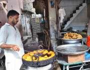 حیدر آباد: حلوائی گاہکوں کو متوجہ کرنے کے لیے جلیبیاں نکال رہا ہے۔