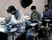 راولپنڈی: عید کی تیاریوں میں مصروف درزی کپڑوں کی سلائی میں مصروف ہیں۔