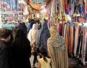 راولپنڈی: موتی بازار میں عید کی خریداری کے لیے آئی خواتین کا رش بنا ..