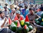 حیدر آباد: ریڑھی بان گاہکوں کو متوجہ کرنے کے لیے تربوز سجا رہا ہے۔