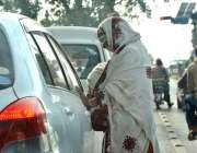 اسلام آباد: ٹریفک سگنل پر ایک بھیکارن بھیک مانگ رہی ہیں۔