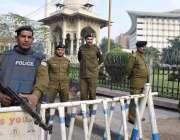 لاہور: پنجاب اسمبلی اجلاس کے موقع پر پولیس اہلکار داخلی راستے پرالرٹ ..