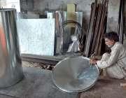 فیصل آباد: محنت کش اپنی ورکشاپ میں بھڑولے تیار کررہا ہے۔