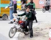 اٹک: ٹریفک پولیس کی موجودگی میں ایک کمسن بچہ موٹر سائیکل چلا رہاہے۔