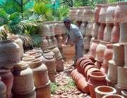 اسلام آباد: مزدور نرسری میں پودے اور گملے ترتیب سے رکھنے میں مصروف ہے۔