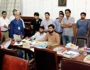 لاہور: چیف سیکرٹری پنجاب یوسف نسیم کھوکھر قائد اعظم لائبریری کے دورہ ..