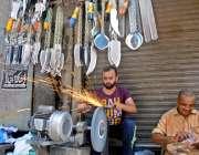 راولپنڈی: پرانا قلعہ میں دکاندار عزاداروں کی زنجیر زنی کیلئے چھریاں ..