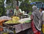 فیصل آباد: خاتو ن محنت کش اپنی اور خاندان کی کفالت کے لیے سبزی فروخت ..