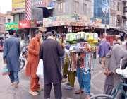فیصل آباد: دکاندار سڑک کنارے موبائل اسیسریز فروخت کررہا ہے۔