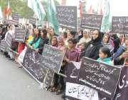کراچی: کراچی پریس کلب کے سامنے ایم کیو ایم پاکستان کے ارکان انڈیا کے ..