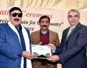 کراچی: وفاقی وزیر ریلوے شیخ رشید احمد کو خصوصی تحفہ پیش کیا جارہا ہے۔