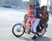 فیصل آباد: موٹر سائیکل سوار بغیر ہیلمٹ پہنے کینال روڈ سے گزررہا ہے۔