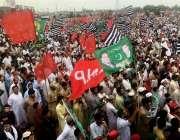 پشاور: اپوزیشن جماعتوں کے یوم سیاہ جلسے میں لوگوں کی بڑی تعداد موجود ..