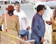 لاہور: حاجی کیمپ کے داخلی راستے پر تعینات سکاؤٹس آنے والے شخص کا کارڈ ..