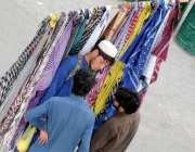 راولپنڈی: محنت کش مری روڈ پر دھوپ سے بچاؤ کے رومال فروخت کررہا ہے۔