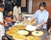 لاہور: دکاندر سحری کے اوقات میں پراٹھے تیار کر رہا ہے۔