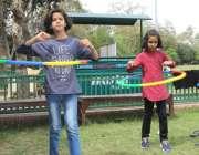 لاہور: باغ جناح میں بچیاں کھیل میں مصروف ہیں۔