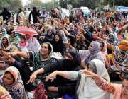لاہور: مال روڈ پنجاب اسمبلی کے سامنے لیڈی ہیلتھ ورکرز اپنے مطالبات ..